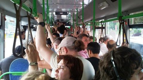 Два пассажира госпитализированы после падения в автобусе
