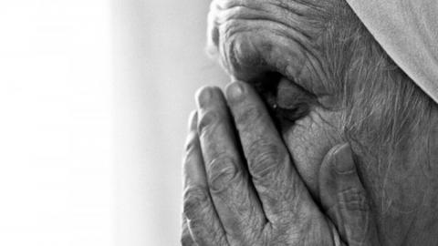 Трое уголовников украли кошелек у 93-летней женщины
