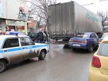 """Фура и """"десятка"""" парализовали движение на улице Чернышевского"""