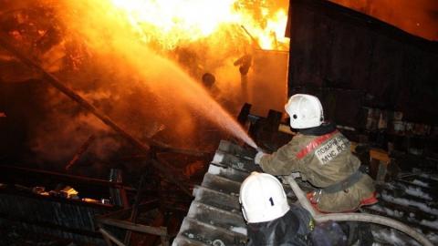 Пожарные эвакуировали детей и взрослых из горящей 9-этажки на Танкистов