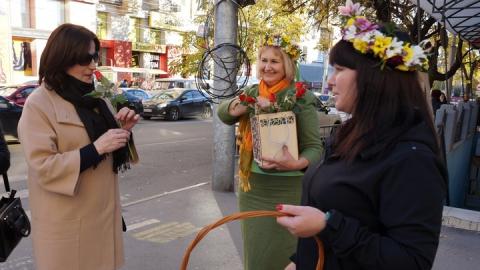 В центре Саратова горожанам дарили цветы