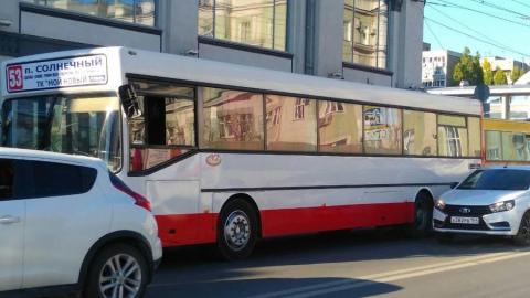 У Крытого рынка столкнулись два пассажирских автобуса