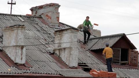 Рабочий упал с пятого этажа во время капремонта крыши