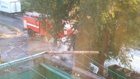 В Октябрьском районе под окнами многоэтажки полыхал пожар