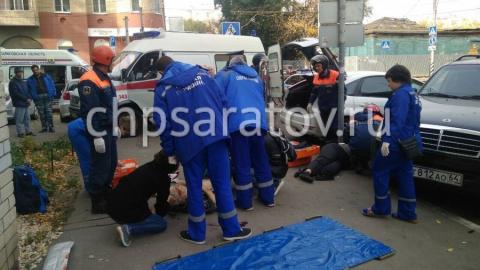 В центре Саратова столкнувшиеся автомобили вылетели на тротуар