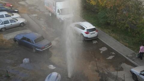 На улице Мира забил  коммунальный фонтан в четыре этажа