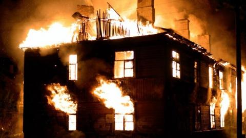 На пожаре многоквартирного дома в Вольске погибла женщина