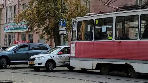 Трамвай протаранил машину «Яндекс такси»