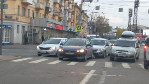 В центре Саратова из-за столкнувшихся машин образовалась пробка