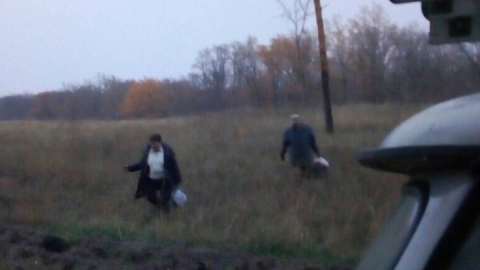 Спасатели вывели из леса заблудившуюся семью грибников