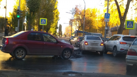 Столкнувшиеся в центре Саратова иномарки заблокировали два троллейбусных маршрута
