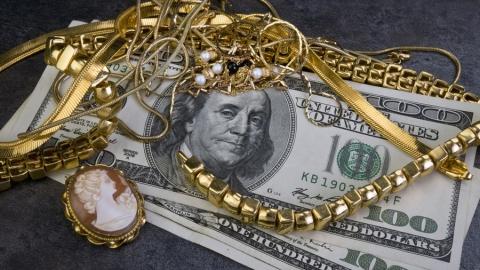 Рецидивист украл у малознакомой женщины доллары и золото