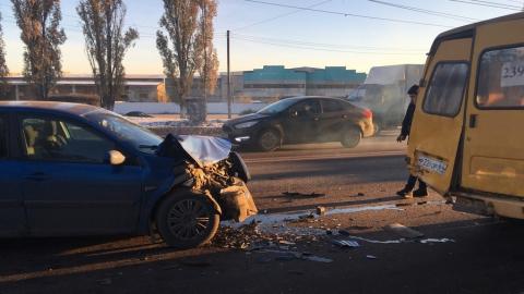 На Московском шоссе столкнулись маршрутка и легковушка