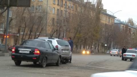 """""""Лада Гранта"""" протаранила """"Рено"""" у Дворца пионеров"""