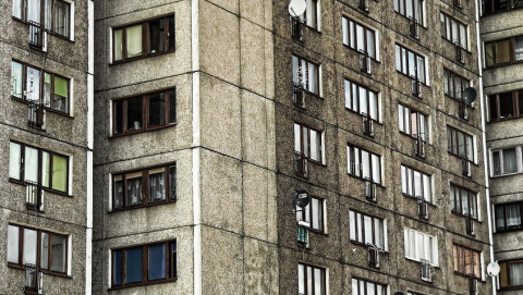 Женщина упала с восьмого этажа и погибла