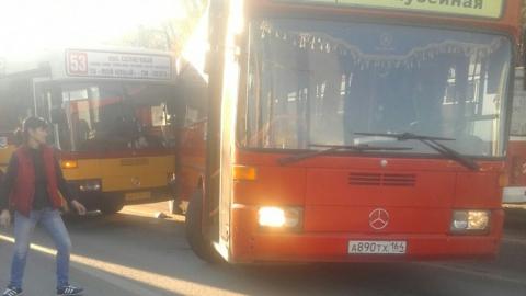 Один автобус протаранил дверь другого. Фото
