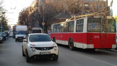 Сломавшийся троллейбус заблокировал улицу Чернышевского
