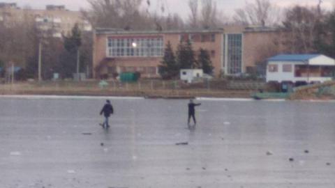 Спасатели согнали подростков с тонкого льда