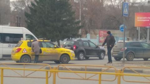Ученическая машина после аварии перекрыла проспект Энтузиастов