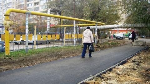 Вячеслав Тарасов помог отремонтировать тротуар