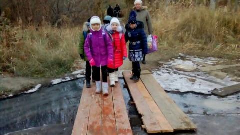 В Саратове дети ходят в школу через канализационные топи