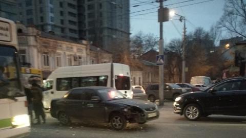 Столкнувшиеся машины перекрыли улицу Чапаева