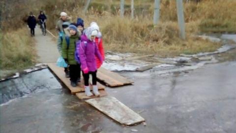 Возле школы больше недели течет канализация