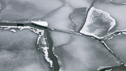 Плывущий на льдине рыбак вызвал спасателей