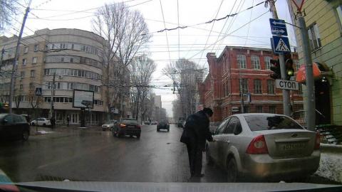 Водитель в форме офицера бросил машину на пешеходном переходе
