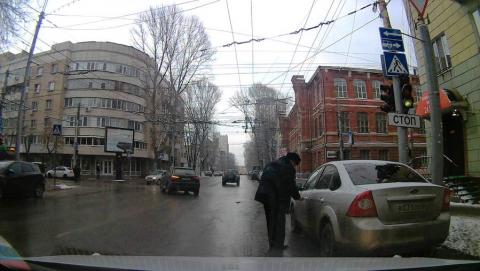 Припарковавшегося на тротуаре офицера оштрафуют