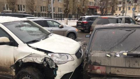 У больницы столкнулись четыре машины. Госпитализирована женщина