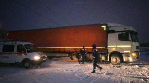 В Энгельсе спасатели эвакуировали заглохшую фуру с замерзшим водителем