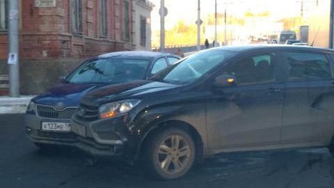 Две легковушки на несколько часов перекрыли улицу Чернышевского