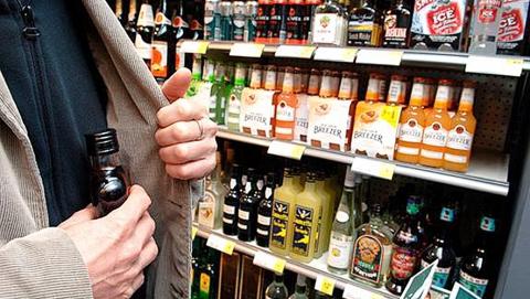 Мужчина выпил украденные в магазине шесть бутылок коньяка