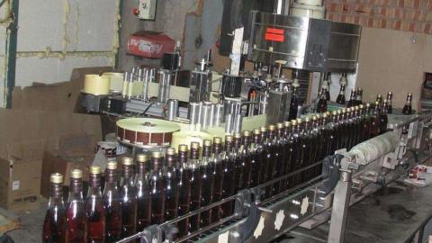 Жители Самары и иностранцы устроили в Хвалынском районе подпольный алкогольный завод