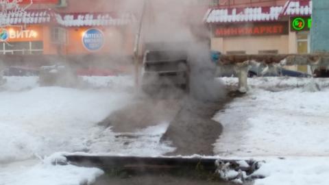 Прорвавшаяся теплотрасса заливает улицу Тархова