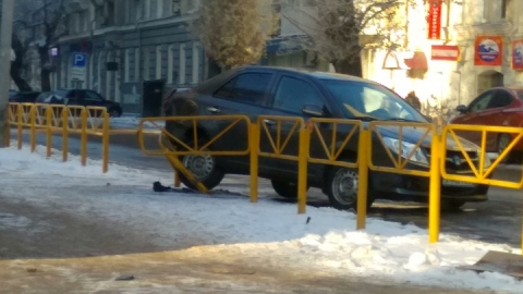 """Только что """"Джили"""" снесла забор на улице Рахова"""