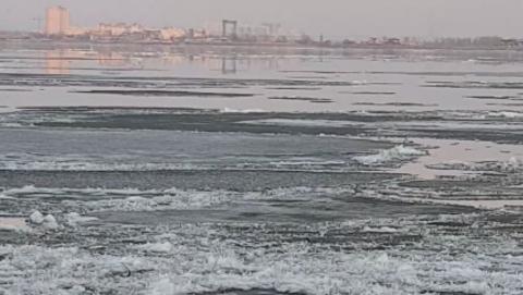 Двух рыбаков унесло на льдине