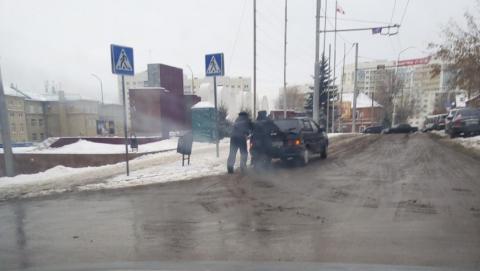 Саратовские гаишники вытолкали застрявшего водителя
