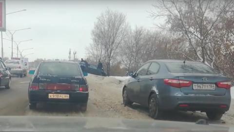 """Из-за небольшой аварии с """"Опелем"""" в Саратове образовалась пробка"""
