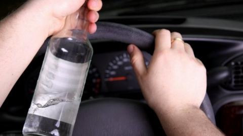 Пьяного слесаря СТО поймали с бутылкой водки в угнанной BMW