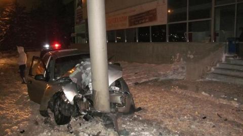 Ночью от удара о столб расплющило Chevrolet