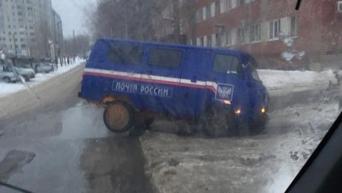 Микроавтобус «Почты России» угодил в яму