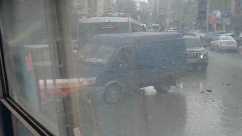 Очевидец заснял автохама на трамвайных путях