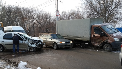В Ленинском районе Саратова - пробка из-за аварии