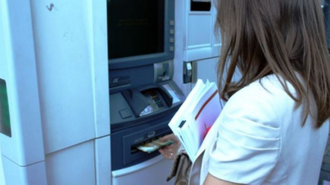 Девятиклассницу заподозрили в краже денег с банковской карты безработной