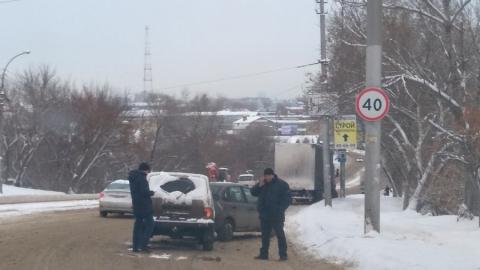 Машины теряют управление на обледеневшей улице Танкистов