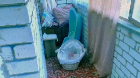 Женщину, оставившую новорожденного ребенка на балконе, подозревают в истязании