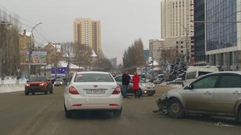 Две столкнувшиеся иномарки перекрыли улицу Чернышевского