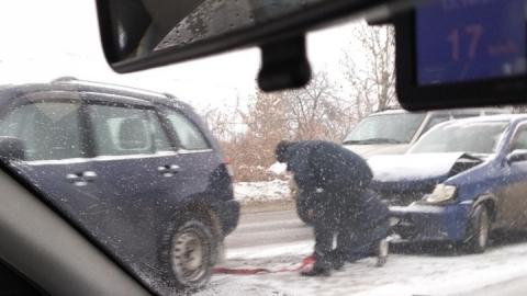"""Разбитый """"Ниссан"""" увозят с места аварии на буксире"""